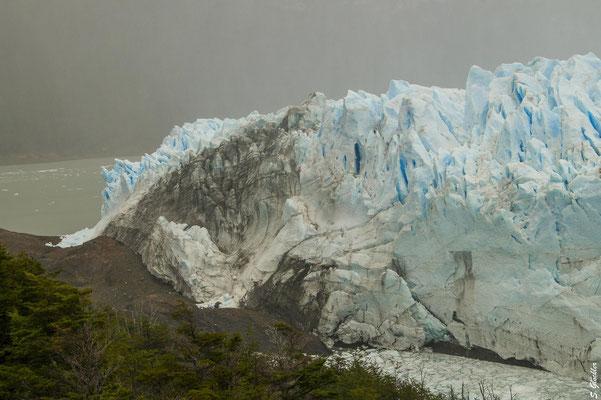 """Die """"Brücke"""" bildet sich, wenn der Perito Moreno Gletscher auf Land trifft"""