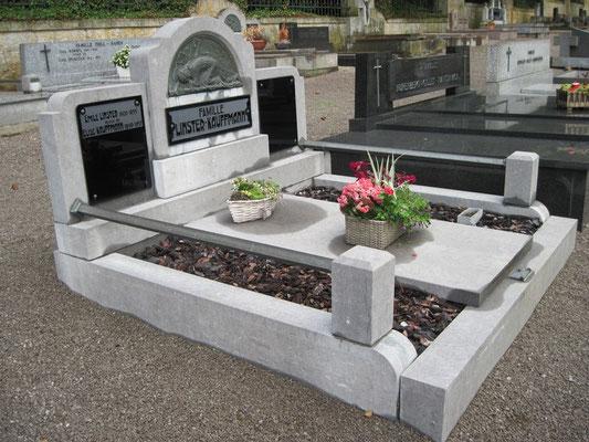 Ancien monument funéraire en pierre bleue