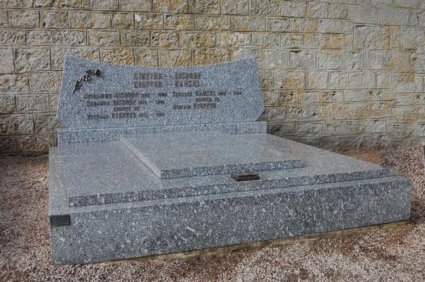 Le même monument funéraire avec une nouvelle stèle