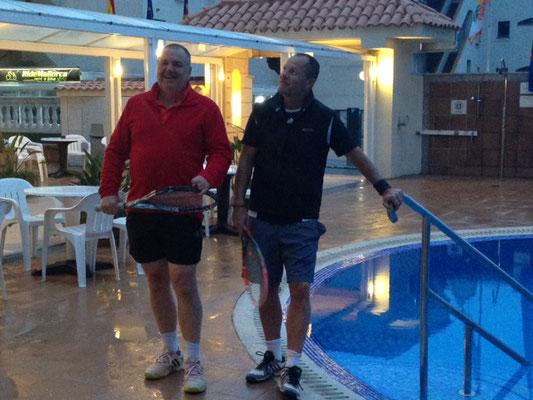 Rolf und Reinhold gehen Tennis spielen.