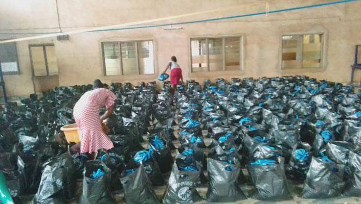 Lebensmittelverteilung in der HDZ-Schule, Nsukka, Nigeria | Quelle: Enyiduru e.V.