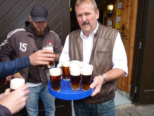 Zu Beginn der Verkostungstour gibt's natürlich ein gutes Wippraer Bier