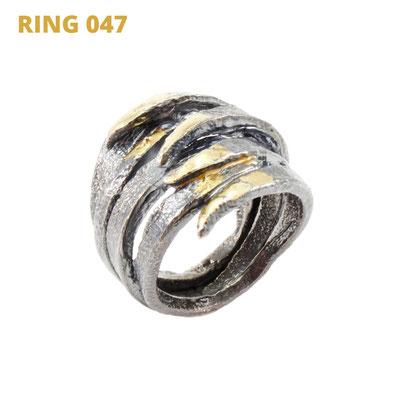 """Ring aus der Serie Glam Rocker   925 Sterlingsilber geschwärzt   14kt Gelbgold aufgeschmolzen   *handmade  <br><a href=""""https://www.caroertl.com/shop/ringe/ring-047/"""" target=""""_blank"""" p style=""""color:#d5a93e""""> zum SHOP ...</a>"""