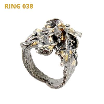 """Ring aus der Serie Glam Rocker   925 Sterlingsilber geschwärzt   14kt Gelbgold aufgeschmolzen   *handmade  <br><a href=""""https://www.caroertl.com/shop/ringe/ring-038/"""" target=""""_blank"""" p style=""""color:#d5a93e""""> zum SHOP ...</a>"""