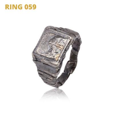 """Ring aus der Serie Glam Rocker   925 Sterlingsilber geschwärzt   14kt Gelbgold aufgeschmolzen   *handmade  <br><a href=""""https://www.caroertl.com/shop/ringe/ring-059/"""" target=""""_blank"""" p style=""""color:#d5a93e""""> zum SHOP ...</a>"""