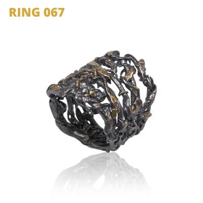 """Ring aus der Serie Wired   925 Sterlingsilber geschwärzt   14kt Gelbgold aufgeschmolzen   *handmade  <br><a href=""""https://www.caroertl.com/shop/ringe/ring-067/"""" target=""""_blank"""" p style=""""color:#d5a93e""""> zum SHOP ...</a>"""