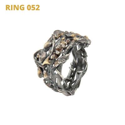 """Ring aus der Serie Wired   925 Sterlingsilber geschwärzt   14kt Gelbgold aufgeschmolzen   *handmade  <br><a href=""""https://www.caroertl.com/shop/ringe/ring-052/"""" target=""""_blank"""" p style=""""color:#d5a93e""""> zum SHOP ...</a>"""