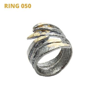 """Ring aus der Serie Glam Rocker   925 Sterlingsilber geschwärzt   14kt Gelbgold aufgeschmolzen   *handmade  <br><a href=""""https://www.caroertl.com/shop/ringe/ring-050/"""" target=""""_blank"""" p style=""""color:#d5a93e""""> zum SHOP ...</a>"""