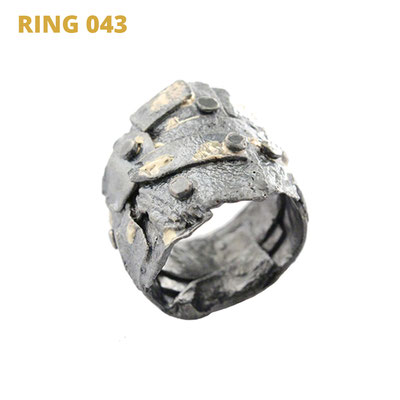 """Ring aus der Serie Glam Rocker   925 Sterlingsilber geschwärzt   14kt Gelbgold aufgeschmolzen   *handmade  <br><a href=""""https://www.caroertl.com/shop/ringe/ring-043/"""" target=""""_blank"""" p style=""""color:#d5a93e""""> zum SHOP ...</a>"""