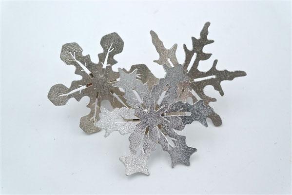....Schneeflöckchen, Weissröckchen- wann kommst du geschneit?...... Pins von Eva Tesarik in Sterlingsilber - € 60
