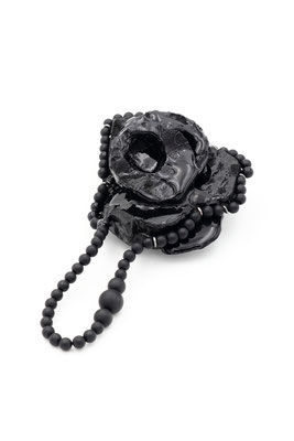 """""""Heart in a loop"""" - brooch - epoxy resin, pigment, oxidized silver, onyx beads"""