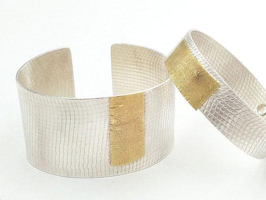 SIMPLY ELEGANT - Armreifen; breit und schmal; 0,750 Au; 0,925 Ag; gewalzte Strukturoberflächen; Modelle aus Kleinserie 2018