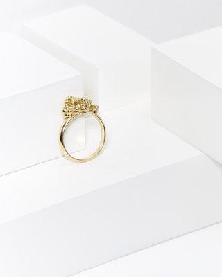 Inspiriert von dem prickelnden Gefühl eines feierlichen Moments - Ring von Lena Grabher in Gelbgold - € 520 - Foto: Lukas Gaechter