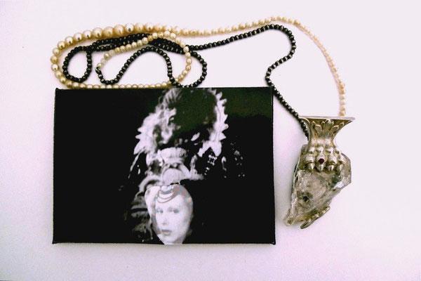 """Aus der Serie """"The beauty and the beast"""" – Halsschmuck, Silber, Bergkristall, Foto,             Granat, alte Perlen     2010   25x5x4cm"""