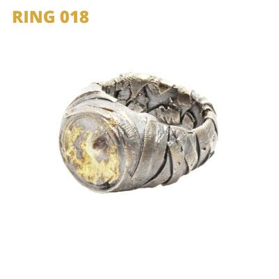 """Ring aus der Serie Glam Rocker   925 Sterlingsilber geschwärzt   14kt Gelbgold aufgeschmolzen   *handmade  <br><a href=""""https://www.caroertl.com/shop/ringe/ring-018/"""" target=""""_blank"""" p style=""""color:#d5a93e""""> zum SHOP ...</a>"""