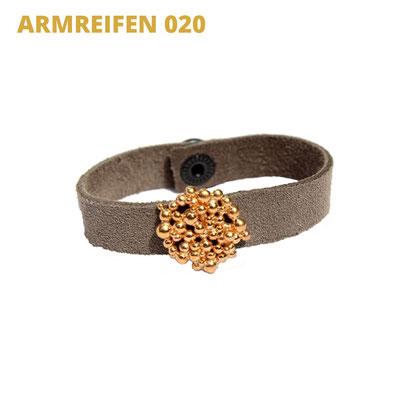 """Armreifen aus der Serie Good Girl   Rauhlederarmband   Plättchen 925 Sterlingsilber vergoldet   *handmade  <br><a href=""""https://www.caroertl.com/shop/armreifen/armreifen-020/"""" target=""""_blank"""" p style=""""color:#d5a93e""""> zum SHOP ...</a>"""