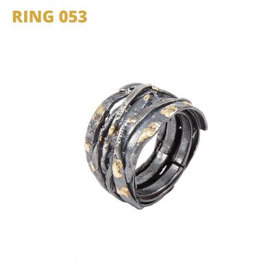 """Ring aus der Serie Wired   925 Sterlingsilber geschwärzt   14kt Gelbgold aufgeschmolzen   *handmade  <br><a href=""""https://www.caroertl.com/shop/ringe/ring-053/"""" target=""""_blank"""" p style=""""color:#d5a93e""""> zum SHOP ...</a>"""