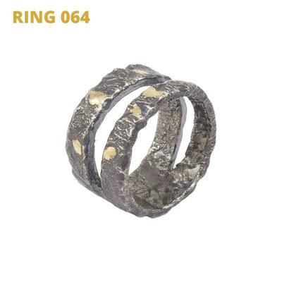 """Ring aus der Serie Glam Rocker   925 Sterlingsilber geschwärzt   14kt Gelbgold aufgeschmolzen   *handmade  <br><a href=""""https://www.caroertl.com/shop/ringe/ring-064/"""" target=""""_blank"""" p style=""""color:#d5a93e""""> zum SHOP ...</a>"""