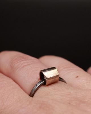 """Michelle Kraemer - Ring """"Dangle Tube"""" - Silber, Shibuichi (75% Kupfer 25% Silber)"""