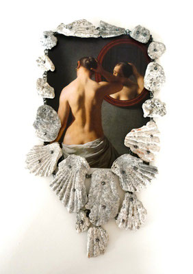Oceanis nox II -  Collier- Silber, Muschelschalen mit Kalkalgen überzogen                                             Postkarte ( Eckersberg- A nude woman doing her hair          before a mirrow)       2012    24x16x2,5cm