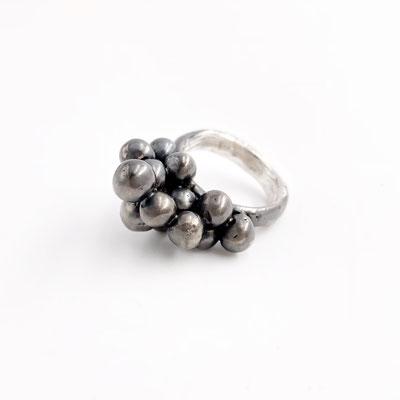 Der wahre Wert eines Schmuckstücks kann nur daran gemessen werden, was es zu der einzigartigen Persönlichkeit seines Besitzers beiträgt - Ring in Sterlingsilber von Dora Des - € 325