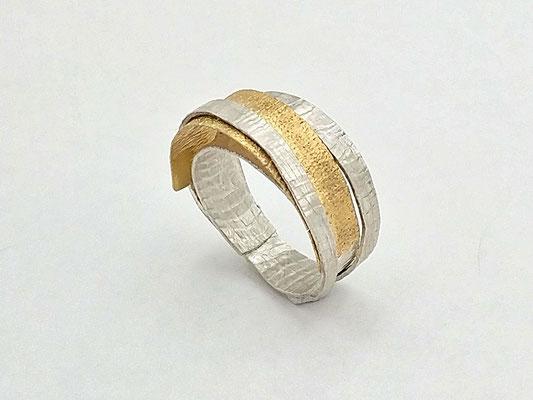 SIMPLY ELEGANT - Ring; 0,750 Au; 0,925 Ag; gewalzte Strukturoberflächen; Modell aus Kleinserie 2018