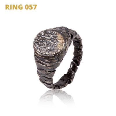 """Ring aus der Serie Glam Rocker   925 Sterlingsilber geschwärzt   14kt Gelbgold aufgeschmolzen   *handmade  <br><a href=""""https://www.caroertl.com/shop/ringe/ring-057/"""" target=""""_blank"""" p style=""""color:#d5a93e""""> zum SHOP ...</a>"""