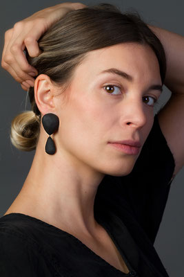 Überraschend leichte Ohrringe in Balsaholz und geschwärztes Silber von Michelle Kraemer - € 250 - Foto: Schubert Photography