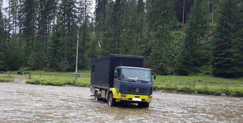 Bachdurchquerungen mit dem Expeditionsfahrzeug Zirbenbox stellen kein Problem dar