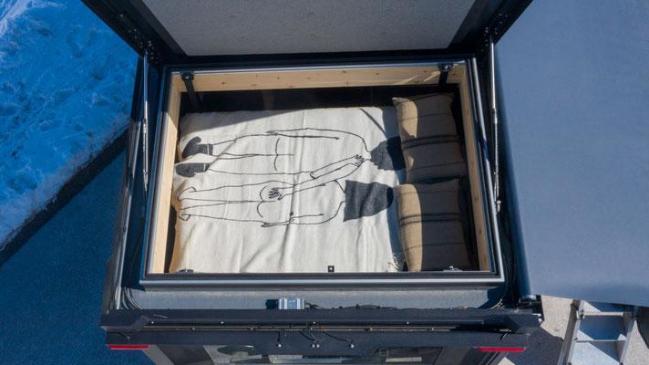 Zirbenbox mit geöffneten Hubdach