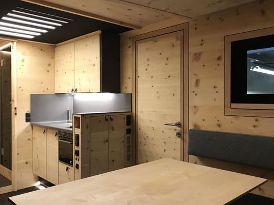 Expeditionsfahrzeug Zirbenbox Interior Küche und Eingangsbereich