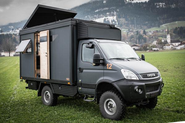 Expeditionsfahrzeug Zirbenbox auf Iveco Daily - Fenster, Türen, Klappen geöffnet