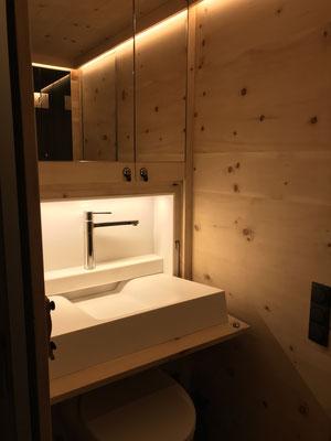 Expeditionsfahrzeug Zirbenbox Interior Camping Klappwaschbecken und Beleuchtung
