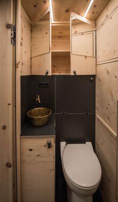 Zirbenbox WC Bereich mit Messingwaschbecken