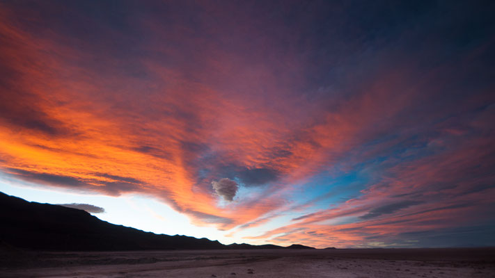 Sunset quelque part dans le désert
