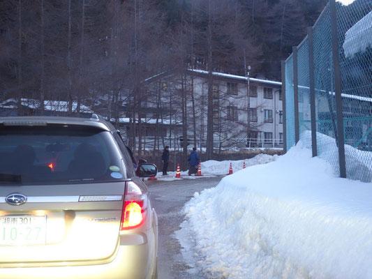 駐車場の柵の前でしばらく待たされます