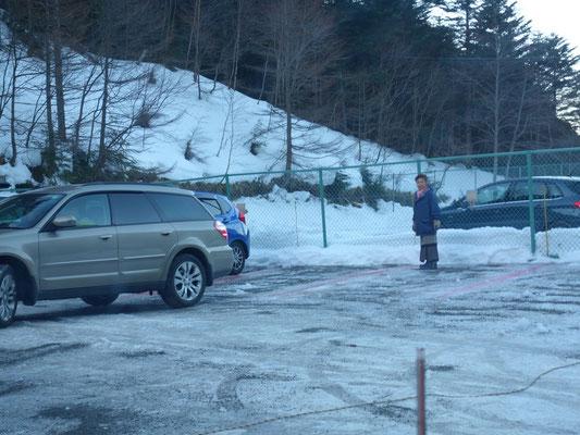 極寒の中、渋御殿女将さんが自ら駐車場所を指示します