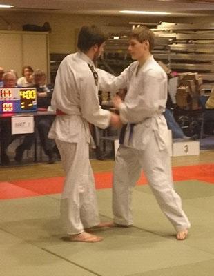Daan in gevecht met zijn trainer Niels