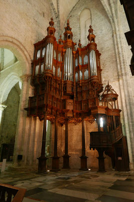 La cathédrale : orgue d'angle du XVIe siècle