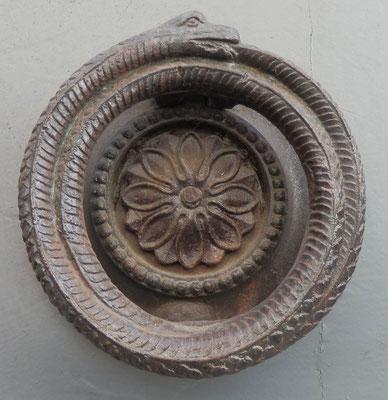 12 rue Vaubecour (2e). L'ouroboros : le serpent qui se mord la queue.