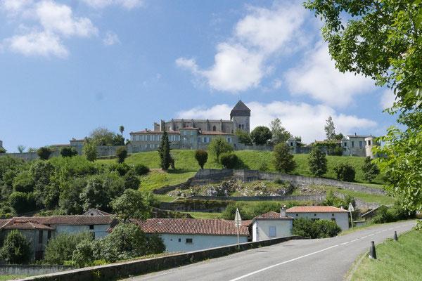 Vestiges du théâtre antique adossé à la colline