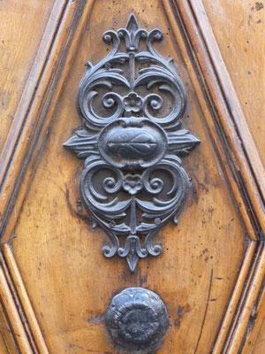 16 rue Imbert-Colomès (1er).  Le marteau a disparu. Une superbe plaque a été fixée à son emplacement.