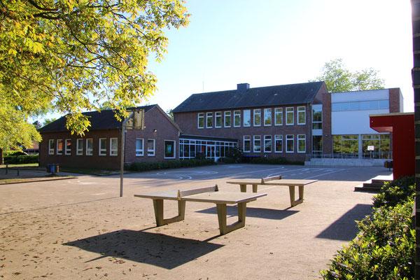 Schulhof und Schulgebäude