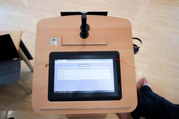Kindermann Rednerpult mit interaktivem Display