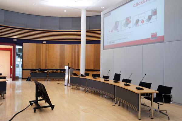 Konferenzanlage mit Sprechstelen