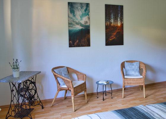 Stühle Schlafzimmer Ferienwohnung naehe Freiburg
