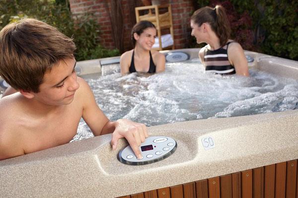 S&K GmbH Jacuzzi Whirlpool - Ein Junge stellt den Jacuzzi ein