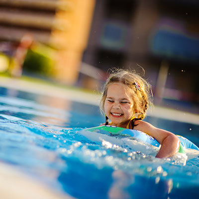 S&K GmbH Jacuzzi Whirlpool - Ein Kind hat Spaß im Pool