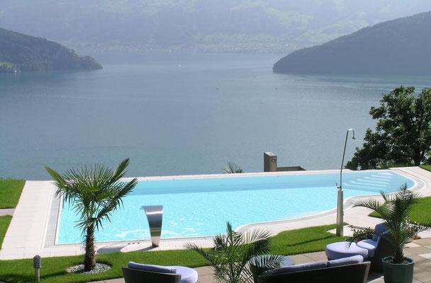 S&K GmbH Jacuzzi Whirlpool - Ein Eckpool im Hintergrund das Meer und Berge