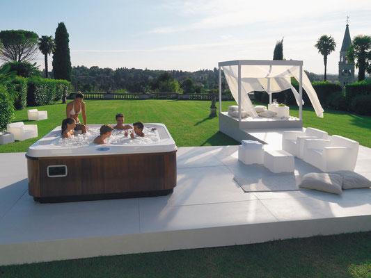 S&K GmbH Jacuzzi Whirlpool - Außenwhirlpool Jacuzzi im Garten mit der Familie